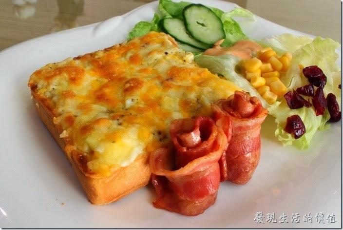 台南-L B_Coffee綠色咖啡廳。另一份早午餐則點了【烏斯特焗烤】,一開始搞不清楚「烏斯特」是什麼,後來才知道「烏斯特(Wurst)」其實就是德語發音的「香腸」,所以就是德國香腸焗烤囉!
