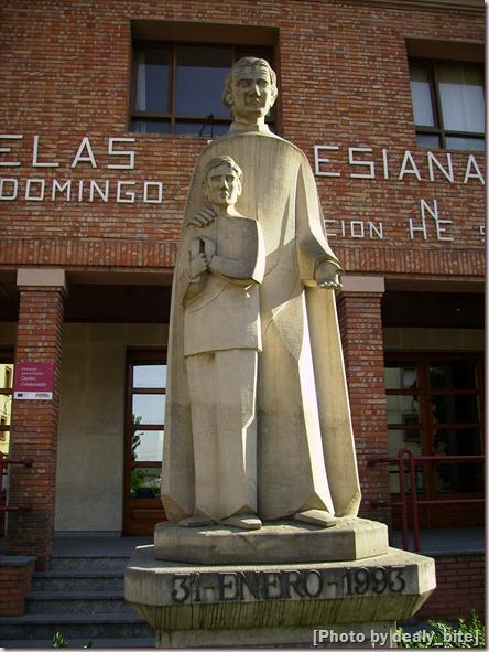 Estatua a la puerta de un colegio católico; Monzón, Huesca - A.Z., 30/06/07 18:54