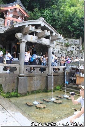 清水四旁的音羽瀑布流到這裡一分為三,三道清泉各自代表著健康、長壽、及智慧,所以來到這裡你會看到很多日本民眾整齊排隊等著盛裝清泉洗手、漱口來祈求健康、長壽、及智慧降臨自己的身上。