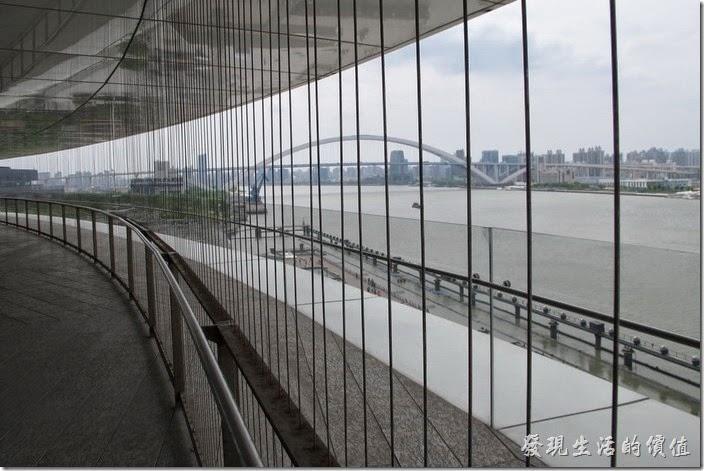 上海-望湘園。因為餐廳有點高,右是開放空間,圖片上看到的一條一條的是隱型鐵窗,用鋼索所組成的鐵窗,避免遊客掉落。