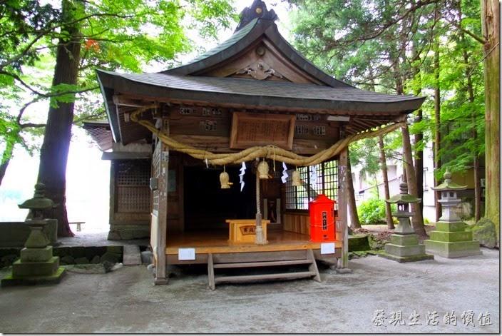 日本北九州-金鱗湖。這「天祖神社」其實不大,就是一座小小的木造建築。