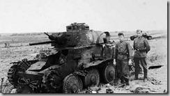 Tank Pz. 38(t) zničený průboným granátem. Čelní pancíř spíše připomíná rozbité okno, než penetrovaný kov.