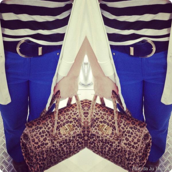 look calça flare azul klein renner, regata listrada, maxi colete branco e bolsa animal print (2)