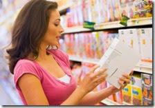Una donna controlla il prezzo di un prodotto