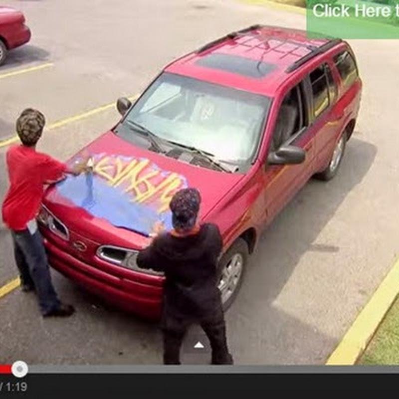 Παιδιά κάνουν  graffiti  σε αυτοκίνητα