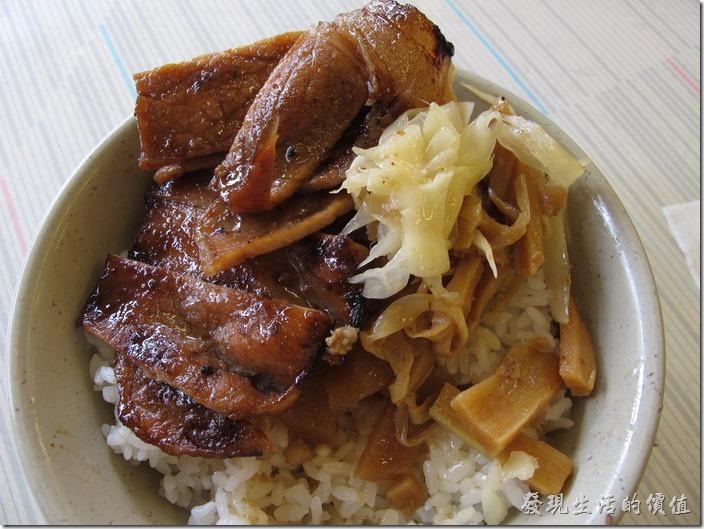 台南-永樂燒肉飯。燒肉飯的份量大概是一白飯,一大片的豬肉切成小片,淋上點醬汁,外加排骨肉三樣配菜,筍乾、脆筍及生薑。
