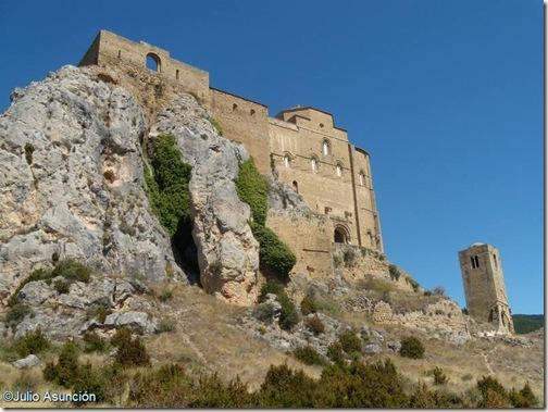 El Castillo de Loarre sobre la roca caliza - Huesca