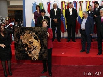 As presidentes Cristina Kirchner e Dilma Rousseff seguram uma pintura com o rosto do ex-presidente Lula Foto AP