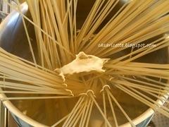 spaghetti con favette, cacio, menta e pepe, spaghetti e acqua
