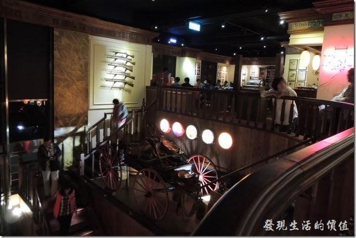 台北-佩斯坦咖啡館。這個牆壁上有好幾把來福槍。