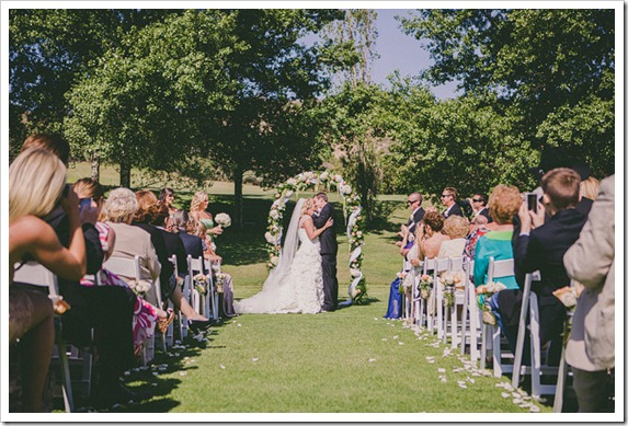 strawberry-farms-wedding-photos-blogger-boquet-white-bride-groom-kiss