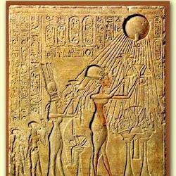 57 - Amenofis IV, su esposa Nefertiti y dos hijas ofreciendo flores de loto al Dios Aton