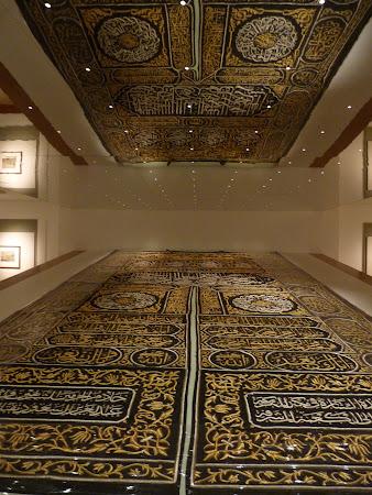 Muzeul Sharjah: Tesatura ce se pune peste piatra din Mecca