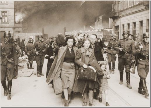 Varsavia, aprile-maggio 1943, ebrei catturati durante la rivolta del ghetto vengono scortati all'Umschlagplatz per essere deportati.