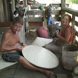 写真3:トゥバウのバザールで笠を編む華人男性とその妻(イバン)       男性の弟はカヤンと結婚したり、プナンの養子になっている / Photo3: An ethnic Chinese man and his Iban wife making hats at the bazaar of Tubau, his younger brothers are married to Kayan or adopted to Penan family