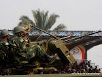 Deux militaires de Fardc avec des armes lourdes, lors du défilé du 30 juin 2010 à Kinshasa. Radio Okapi/ Ph. John Bompengo