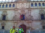 Juz y Sinca delante de la famosa fachada