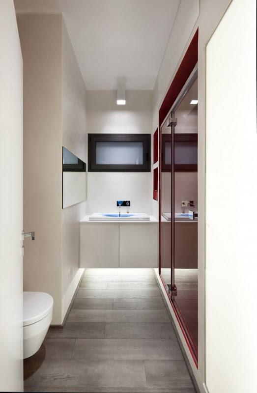 Baño Minimalista Rojo:Grandes armarios de almacenamiento y montadas en la pared de porcelana
