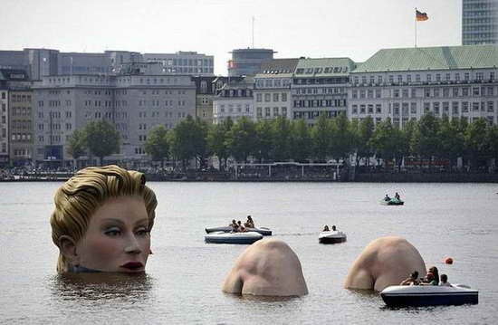 Giant_Bathing_Woman-Sculpture-in- Hamburg03