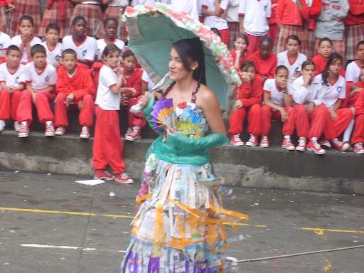 de grupo muestra los vestidos diseñados con material reciclable