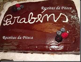 Bolo de aniversário de chocolate com frutos silvestres.