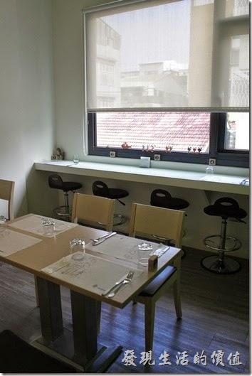 【左右咖啡蔬食】二樓的環境佈置讓人感覺蠻舒服的,一邊有大片的透明玻璃,但是比較熱。另一邊雖然沒有窗戶,但是不會曬到太陽所以比較不會熱。