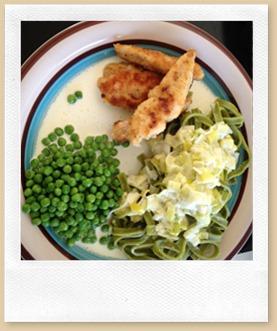 Tirsdag Kyllingefilet med spinatpasta, ærter og porrecreme