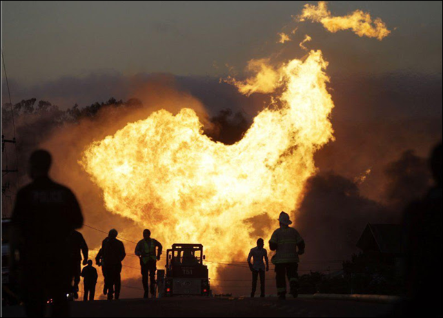A huge fire burned out of control, eating dozens of homes and leaving 6 people dead, as it roared through a mostly residential neighborhood in the hills of San Bruno following a loud gas explosion that shot a fireball more than 1,000 feet into the air on 9 September 2010. Photo: eminentcolumn.blogspot.com