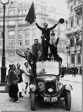 Un-grupo-de-hombres-celebra-la-proclamación-de-la-segunda-república