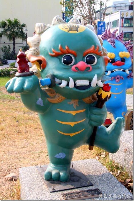 台南-安平劍獅公園-禦兇將軍。深藍色的劍獅-禦兇將軍,代表人物為馬信,手持神符、鐵牛、泥龍。
