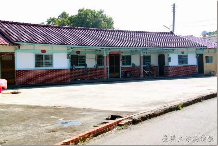 台南-土溝村。你看這房子多漂亮!黑磚瓦、綠色的木頭樑柱框架、白色的牆面與紅磚頭牆底,形成一幅強列的台灣農村的特色建築。