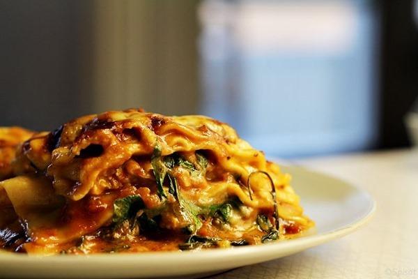 Lasagne med torsk och ruccola på tallrik