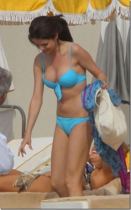selena-gomez-bikini-b23d42
