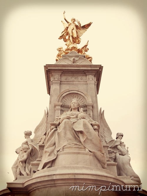 Queen Victoria monument in front of the Buckingham Palace 