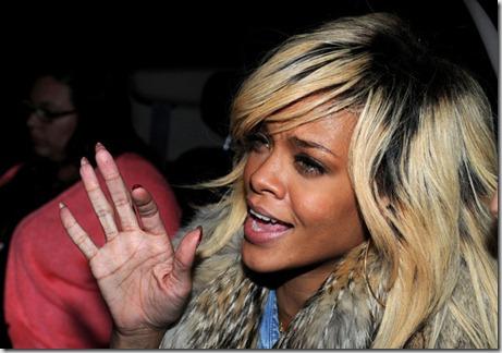 Rihanna Rihanna Greets Fans fkRuUvApqffl