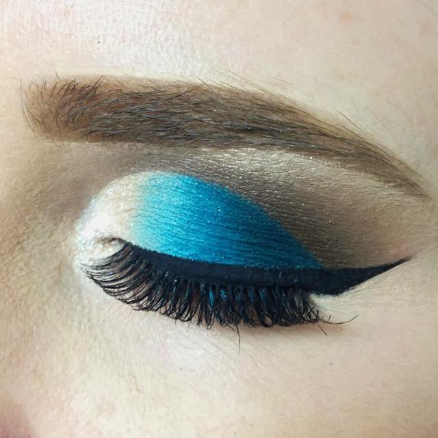 maquiagem cut crease azul