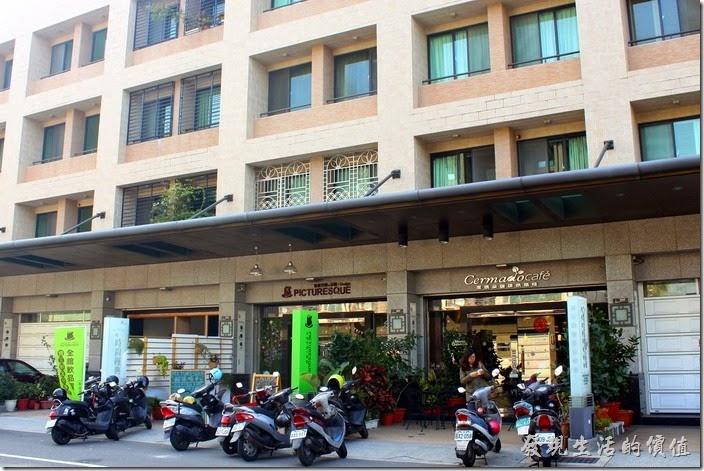 台南【席瑪朵咖啡烘培棧】立賢路總店的外觀。