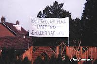 Spandoek met 'Oranje rood wit blauw Tante Trix We houden van jou' - Foto: Richard Stoeten - Ommen