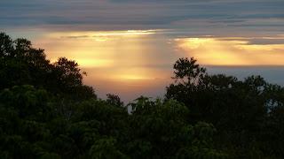 Blick auf die Mamanucas von Mt. Batilamu Hut; Wanderung im Koroyanitu National Heritage Park.