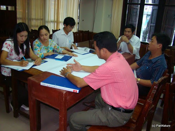 Teachers in a group work session to discuss contents and techniques for integrating conservation messages into their teaching subjects.