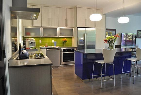 Verde lima y azul cobalto en la cocina