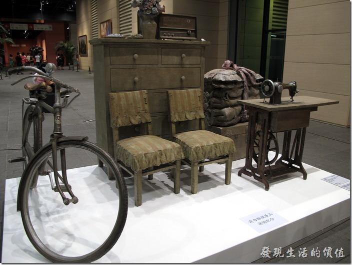 上海-中華藝術宮。三轉一響(三轉就是手錶、裁縫車、自行車,而一響就是音響)。讓我想起台灣以前台灣的嫁妝也是類似,想不到現在這些在上海也也已經成了骨董了。
