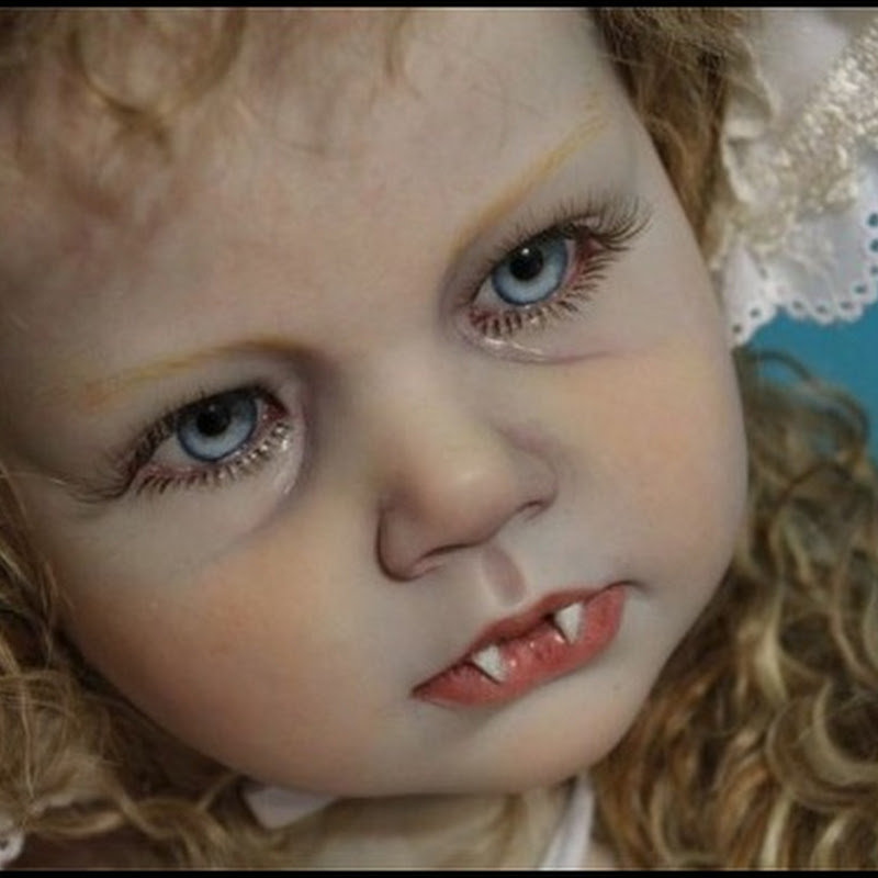 Bizarros e realistas bonecos de bebês vampiros