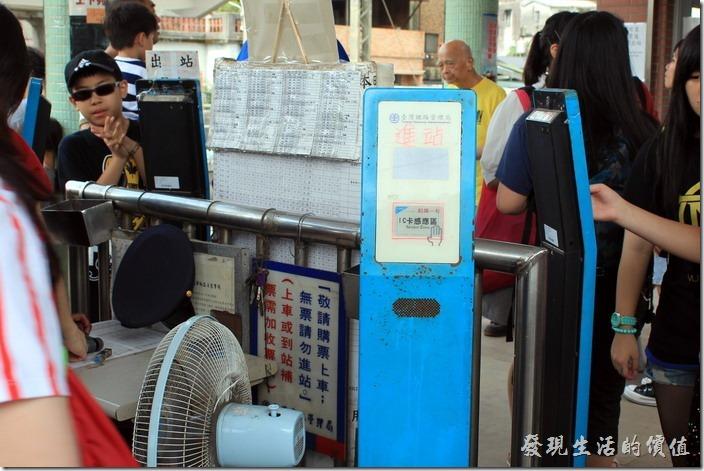 「瑞芳」火車站的第二月台上也特別設置悠遊卡刷卡機,方便轉車的旅客刷悠遊卡。不過現場真的很混亂,因為遊客眾多,而台鐵的人員又是公務員心態,還好問了之後還會回答問題。