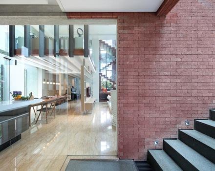 Casa de dise o tropical con arquitectura contempor nea en - Ladrillo visto interior ...