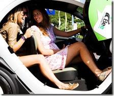 Due donne utilizzano il car-sharing