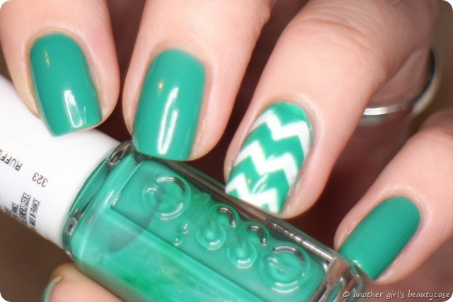 LFB Essie Ruffles and Feathers Swatch Nail Vinyls Chevron Turquoise (6 von 7)