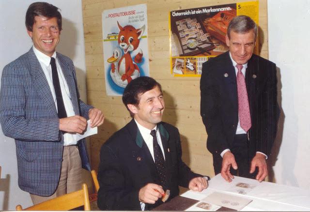 Obmann des Briemarkensammlervereines Zillertal, Günter Mair, und Reg.-Rat Erwin Rainer von der Postdirektion Innsbruck eröffnen mit Bürgermeister Walter Amor die Briefmarkenwerbeschau sowie das Sonderpostamt.