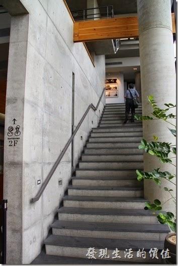 台南-白台南安平-白鷺灣 蜷尾家 經典冰淇淋的二樓以上為開放空間,可以自由上樓參觀藝術品。