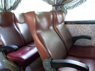 バス車内。ソファー仕様で乗り心地は良かったです。